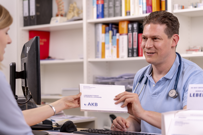 http://bayern-gegen-leukaemie.de/wp-content/uploads/2019/03/Hausarzt_uebergibt_Lebensretterset2.jpg